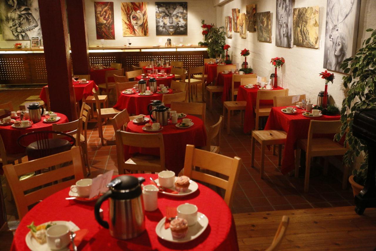 Lohjan Teatterin kahvion pöydät, kuva
