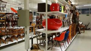 Lohjan museon ja Länsi-Uudenmaan museon tuolikokoelmaa kokoelmakeskus Leirassa. Erilaisia tuoleja on kahdessa hyllystössä kolmessa korkeudessa.