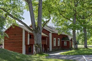 Museorakennuksia. Luhtiaitta ja tilanhoitajanrakennus museon pihapiirissä.