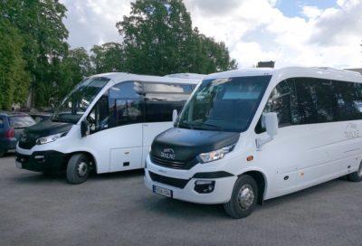 Kaksi taxiline minibussia