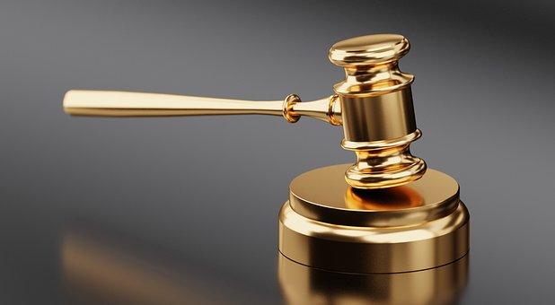 kultainen oikeuskäynnin vasara