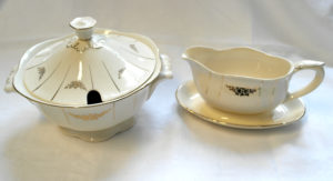 Soppa-astia ja kastikekaadin. Luonnonvalkoista posliinia, jossa kultakoristeet