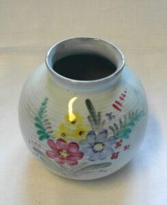 Pieni käsinmaalattu maljakko. Kylkeen maalattu värikäs kukkakuvio.