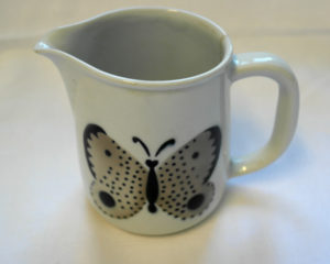 Kaadin, jonka kyljessä on musta-ruskea perhonen.