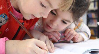 Lapset laskee tehtäviä