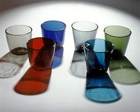 Kuusi värikästä Kaj Frankin suunnittelemaa Kartio-juomalasia