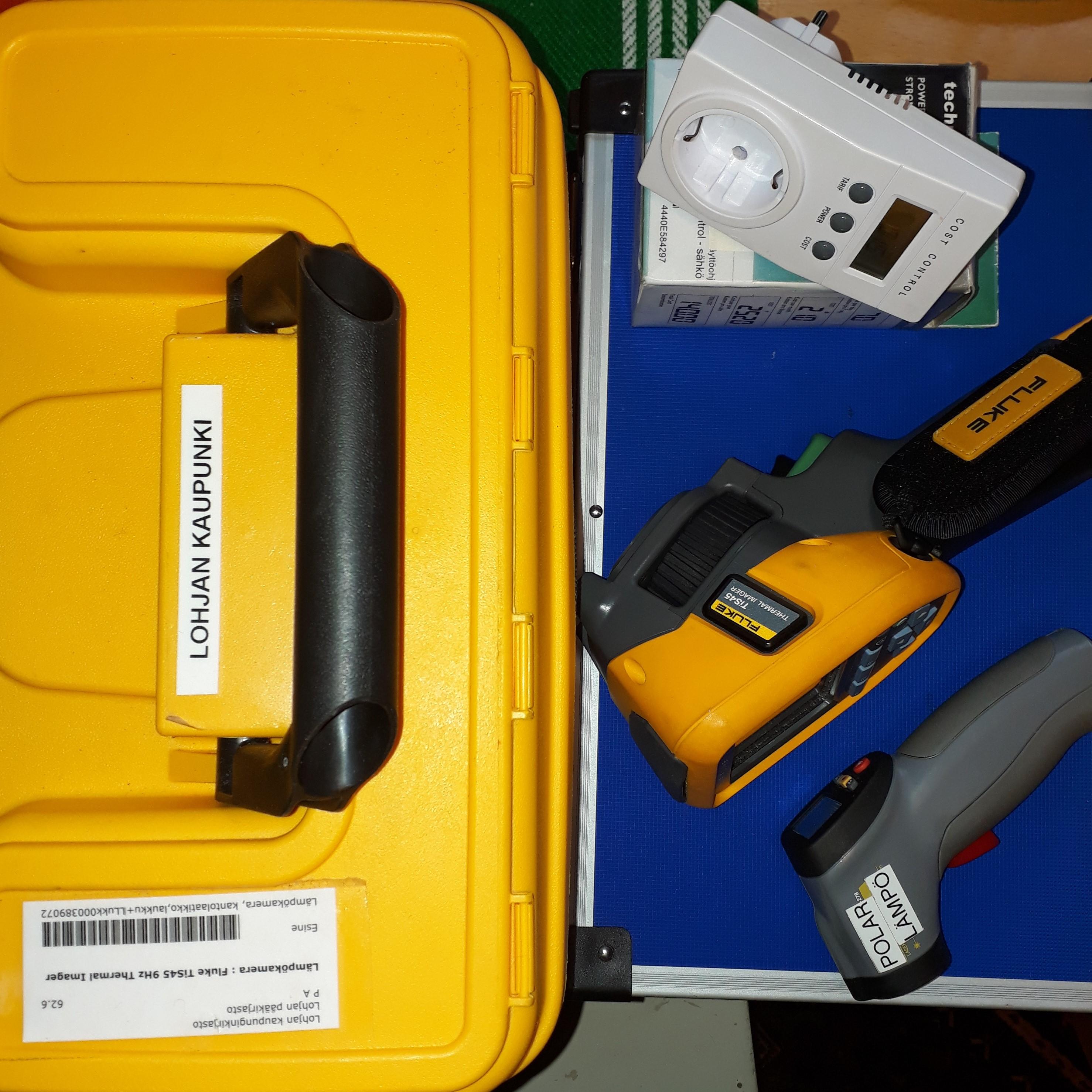 Kuvassa on kirjastoista lainattavat lämpökamera, infrapunamittari ja sähkönkulutusmittari pakkauksineen.