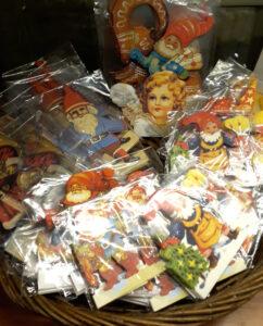 Jouluaiheisia paperipöytäkoristeita, joissa aiheina joulupukki, tontut ja enkelit