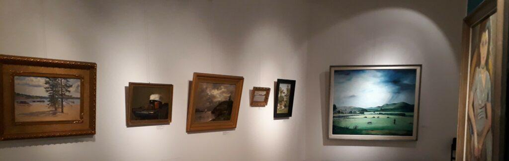 Kuvassa on seitsemän öljymaalausta. Näkymä on Linderinsalissa esillä olleesta de la Chapelle -näyttelystä.