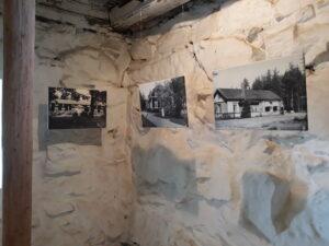 kolme mustavalkoista kuvasuurennosta näyttelytilaksi muutetussa vanhassa kivinavetassa